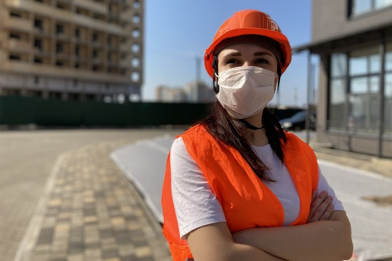 Construction worker wearing a medical mask on a construction site
